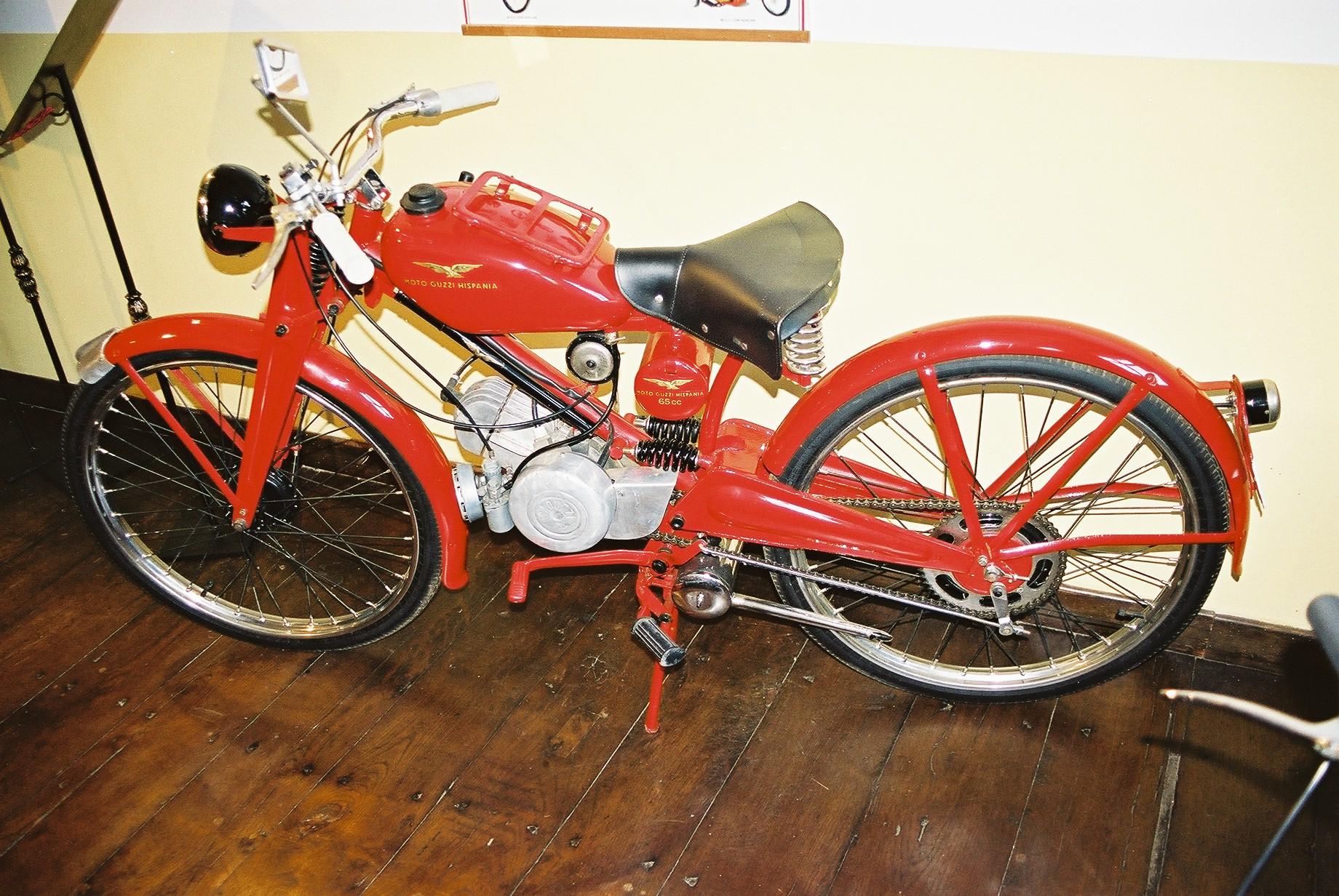 Moto Guzzi Hispania - motorower produkowany w Hiszpanii w latach 50. i 60. XX wieku według licencji włoskiej. Eksponat ze zbiorów De la Pinta. Fot. Grzegorz Chmielewski