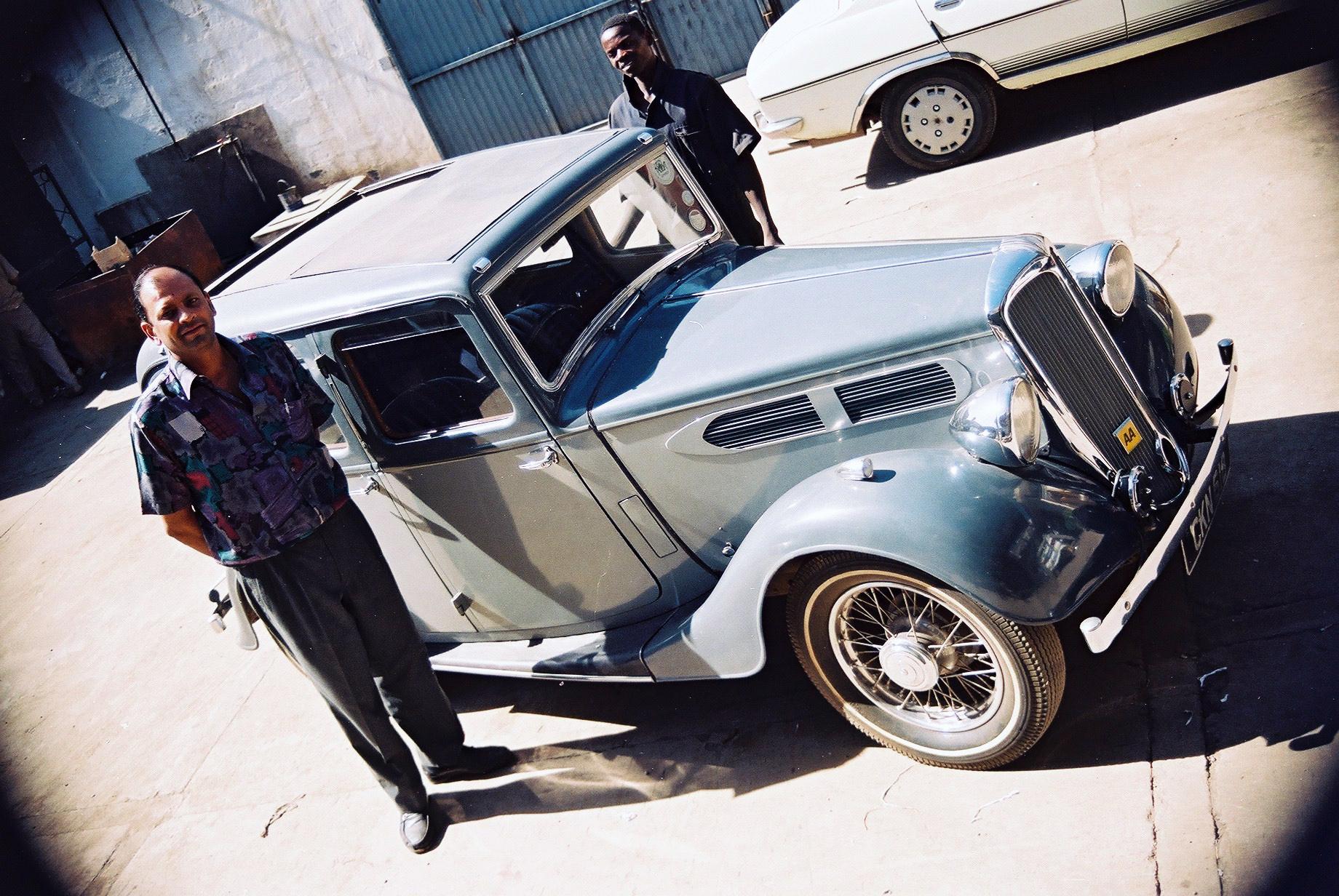Ta pasja nie zna granic. Właściciel firmy RALCO w stolicy Kenii, Nairobi, przy swoim brytyjskim samochodzie marki Standard model four door saloon z lat 30. Fot. Grzegorz Chmielewski